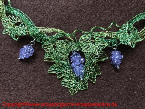 Weinlaub Schmuck mit Perlentrauben (Detail) / Vine Leaves Jewelry with Bead Grapes (Detail)